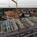 Leipzig – Der Holzbinder-Dachstuhl ist aufgesetzt
